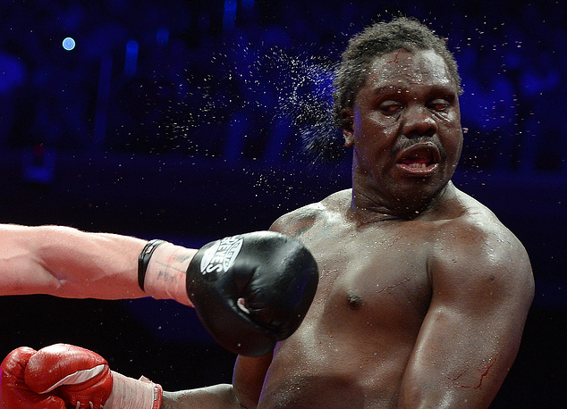Панамец Гильермо Джонс во время боя за звание чемпиона мира в тяжелом весе по версии WBA против россиянина Дениса Лебедева. 17 мая 2013 года