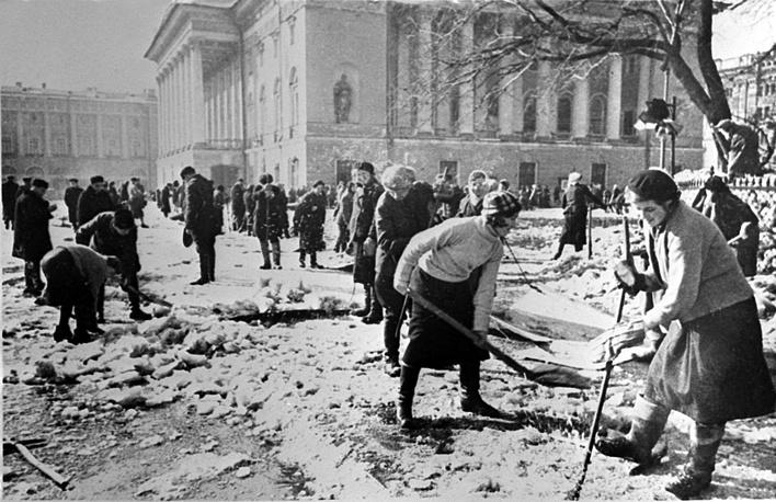 Ленинградцы убирают лед у театра драмы имени А.С.Пушкина.1943 г.