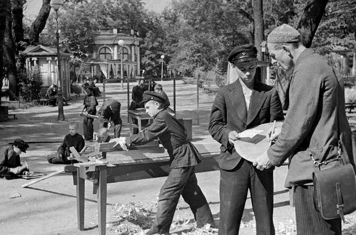 ередовая группа учеников-плотников школы ФЗО № 7 Ленинграда во время работ по ремонту Дворца пионеров. 1942 г.