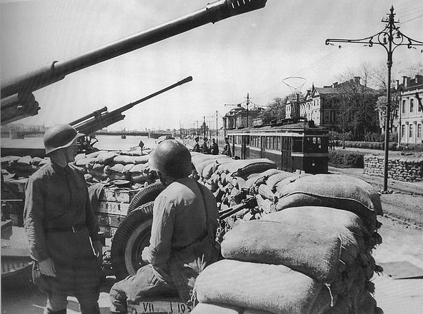 Зенитная батарея на Университетской набережной Ленинграда. На фото одно из лучших зенитных орудий 2-мировой 85-мм зенитная пушка .1942 г.