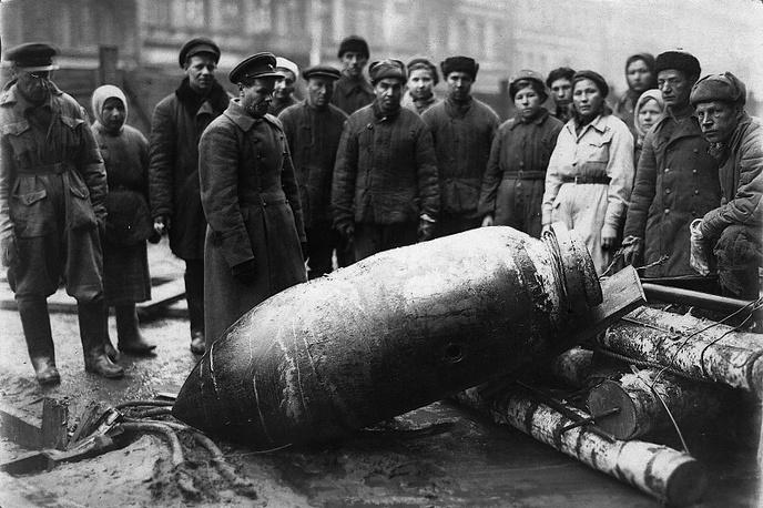 Ленинградцы рассматривают неразорвавшуюся и обезвреженную саперами немецкую авиабомбу.