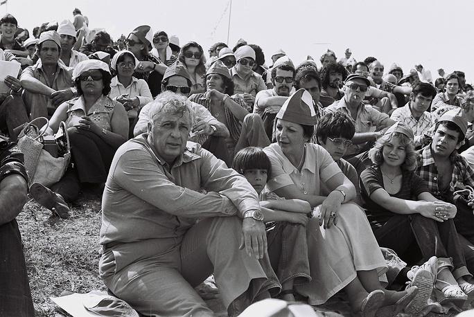 """Ариэль Шарон с супругой Лили и сыновьями Гиладом и Омри во время сбора партии """"Шломцион"""", 1977 г."""