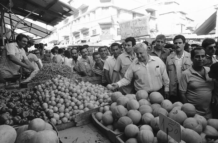 Министр торговли и промышленности Израиля Ариэль Шарон на рынке в Тель-Авиве, 21 июня 1984 г.