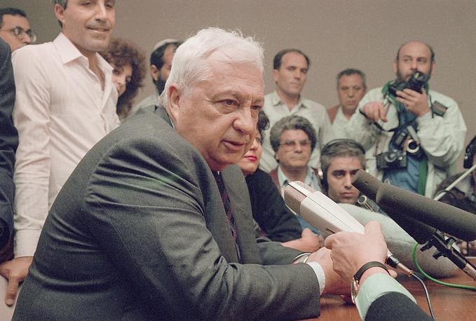 Ариэль Шарон в должности министра торговли и промышленности Израиля во время пресс-конференции в Тель-Авиве, где сообщает об уходе из правительства, 13 февраля 1990 г.