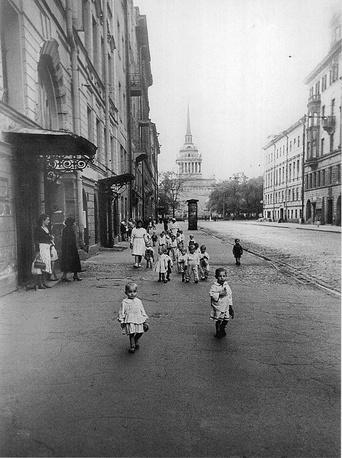 Группа детей из детского сада Октябрьского района на прогулке. Улица Дзержинского (ныне Гороховая улица). 1942 г.