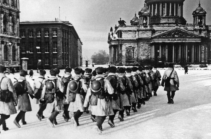 Подразделение автоматчиков проходит  по площади имени Воровского(Исаакиевская площадь) 1942 г.