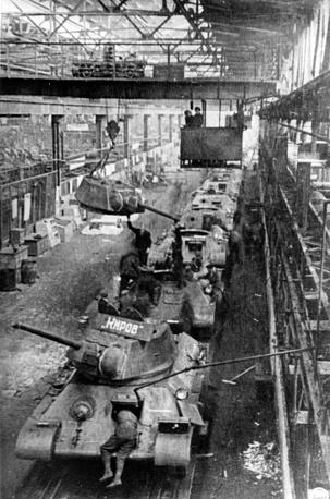 Цех сборки танков Кировского завода в Ленинграде . 1942 г.