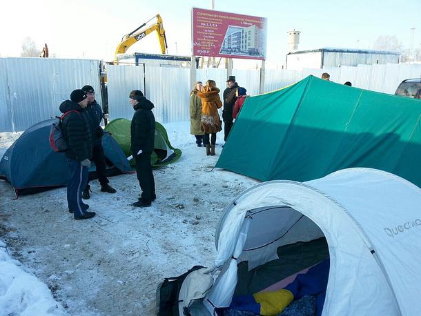 Защитники Колтушского парка  в  лагере у строительной площадки