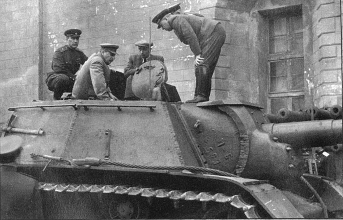 Иосиф Сталин лично осматривает СУ-152