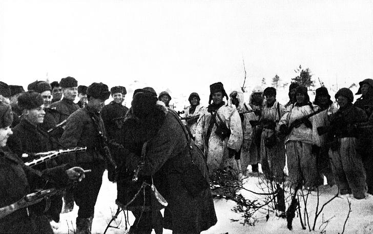 Встреча бойцов Ленинградского и Волховского фронтов около Рабочего поселка №5 во время операции по прорыву блокады Ленинграда (операция «Искра»).