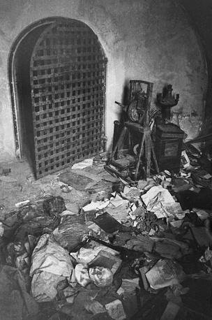 Разграбленная фашистскими захватчиками башня Софийского собора в Новгороде, 1944 год