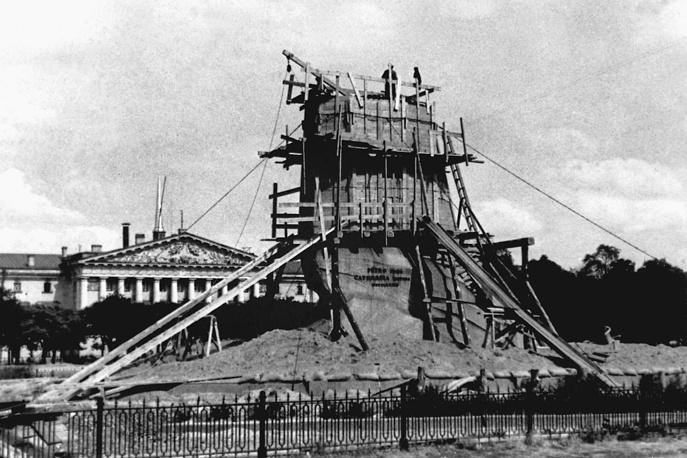 Ленинград в блокаде. Памятник Петру 1 в защитном устройстве, 1942 год