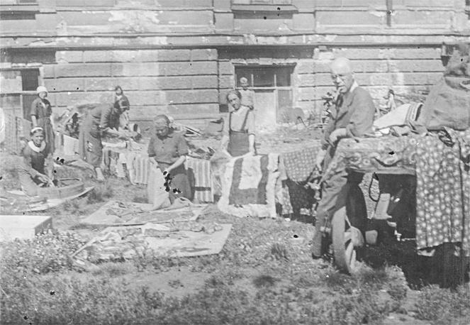 Просушка коллекционных предметов во дворе музея.Слева направо: М.Евстратова, М.Д.Торэн, Е.А.Максимова, Д.А.Ольдерогге