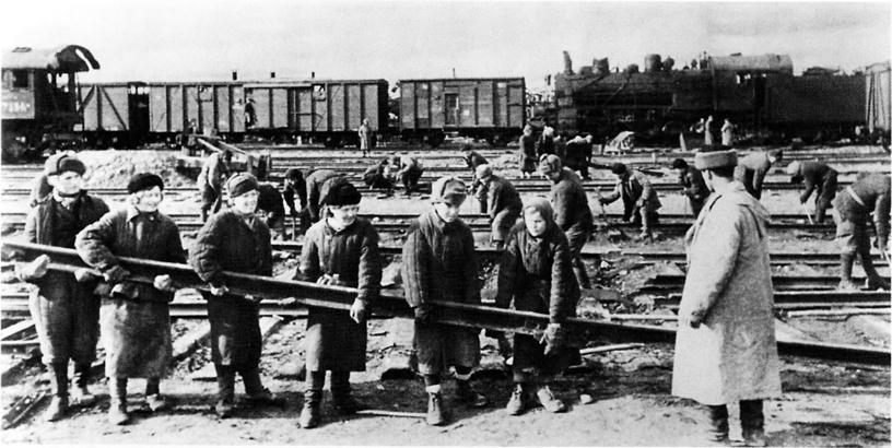 Замена рельсов на советской железнодорожной станции, 1943 год