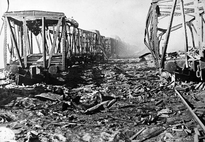 Разбитые вагоны на железнодорожной станции под Ленинградом