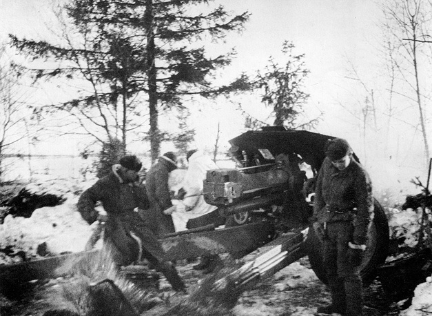 Советские артиллеристы ведут огонь из 122-мм гаубицы(М-30), Ленинградский фронт, 1943 год