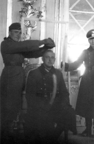 Фашистские солдаты фотографируются в захваченном дворце в Царском Селе