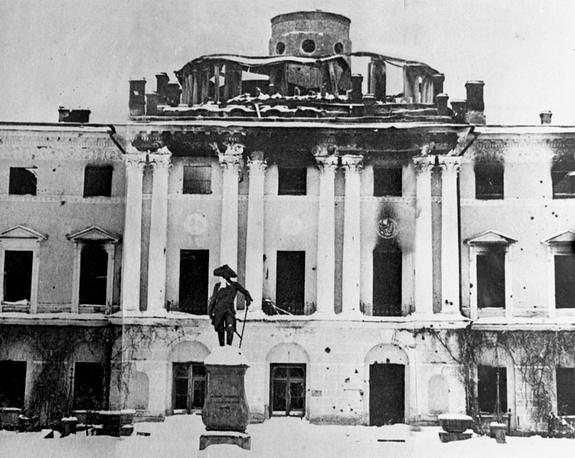 Павловский дворец, разрушенный и разграбленный фашистскими оккупантами,1943 год