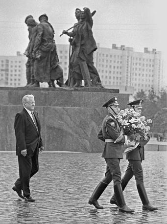 Президент РФ Борис Ельцин во время посещения монумента Героическим защитникам Ленинграда.13.06.1996 г.