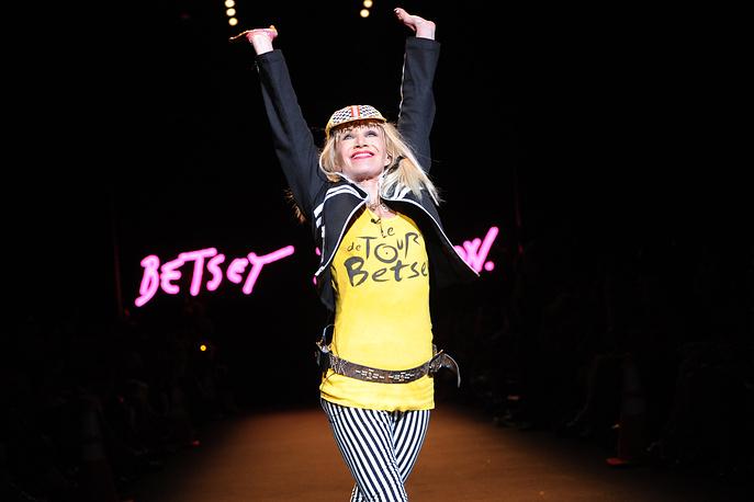 Американский дизайнер Бетси Джонсон пережила рак молочной железы в 2002 году, с тех пор является ярой активисткой движения против рака груди