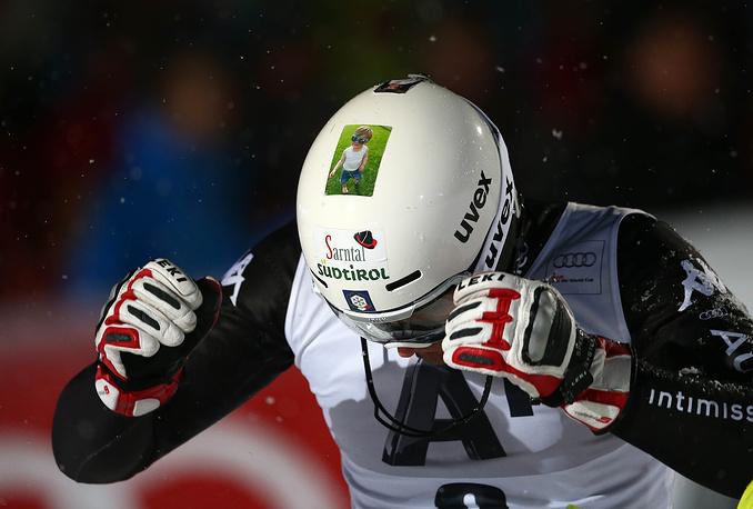 Итальянский лыжник Патрик Талер в шлеме с фотографией сына, 2014