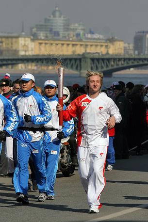 Евгений Плющенко на эстафете огня летней Олимпиады. 2008 г.