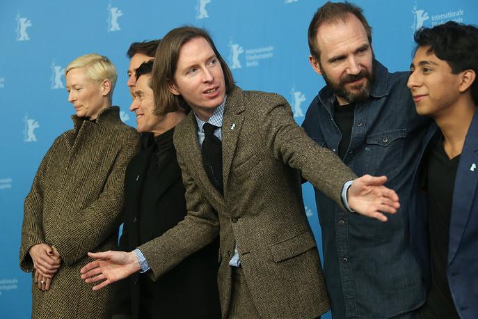 Слева направо: актеры Тильда Суинтон, Эдвард Нортон, Уиллем Дефо, режиссер Уэс Андерсон, актеры Рэйф Файнс и Тони Револори