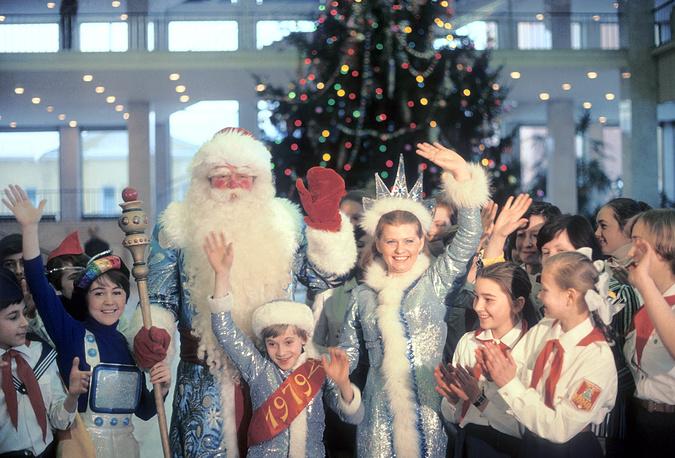 Дед Мороз и Снегурочка /Ирина Муравьева/ во время новогоднего представления в Кремлевском Дворце съездов. 1978 год