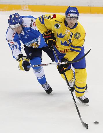 22 февраля исполнится 34 года хоккеисту сборной Швеции Джимми Эрикссону (справа)