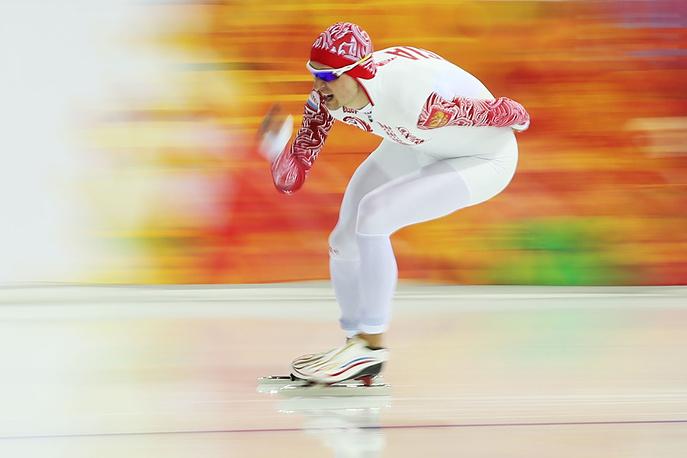 Конькобежец сборной России Денис Юсков на дистанции в забеге на 5000 метров в соревнованиях по скоростному бегу на коньках