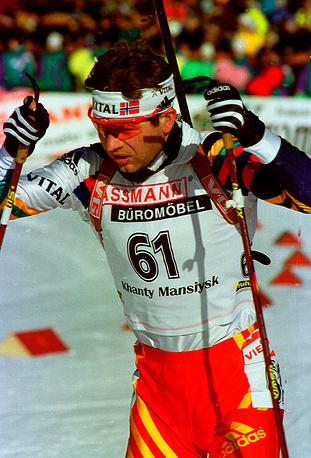 Уле-Эйнар Бьорндален в спринтерской гонке по биатлону на Кубок мира в Ханты-Мансийске, 2000 г.