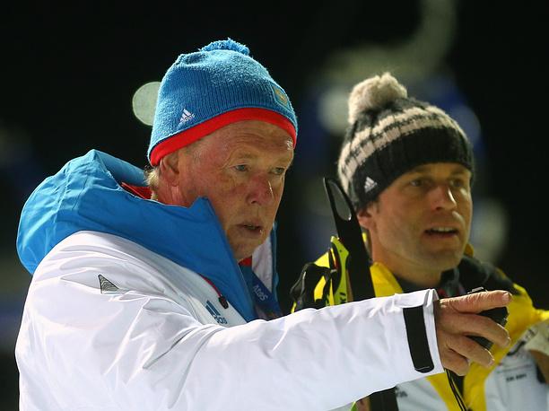 Тренер женской сборной России по биатлону Вольфганг Пихлер (слева)