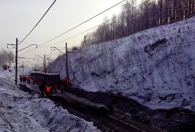 Восстановительные работы на участке железнодорожного полотна, где произошел сход вагонов