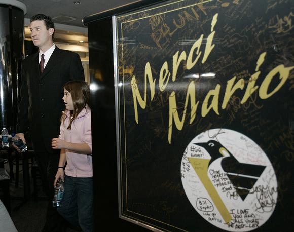Марио Лемье со своей дочерью после пресс-конференции, где он объявил обуходе из спорта, 2006 год