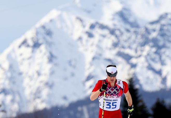 Швейцарский спортсмен Дарио Колонья, завоевавший золотую медаль, во время лыжной гонки на 15 км классическим стилем