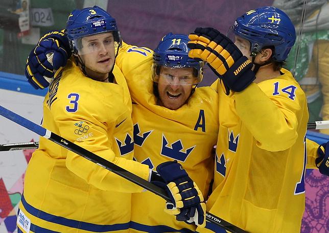 Игроки сборной Швеции Оливер Экман-Ларссон, Даниэль Альфредссон и Патрик Берглунд (слева направо) в матче группового этапа между сборными Швеции - Швейцарии