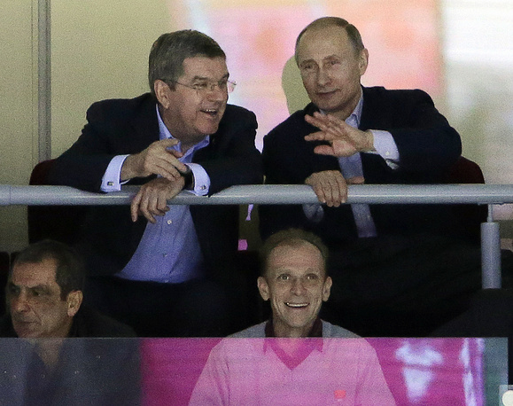 Президент МОК Томас Бах и президент России Владимир Путин во время матча по хоккею сборной России со сборной США