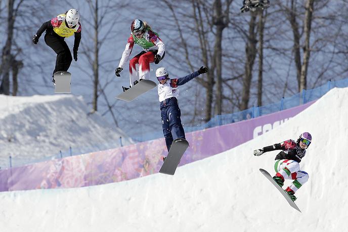 Болгарка Александра Жекова, канадская спортсменка Доминик Мальте, англичанка Зое Джиллингс, итальянка Микела Мойоли (слева направо) в соревнованиях по сноуборд-кроссу