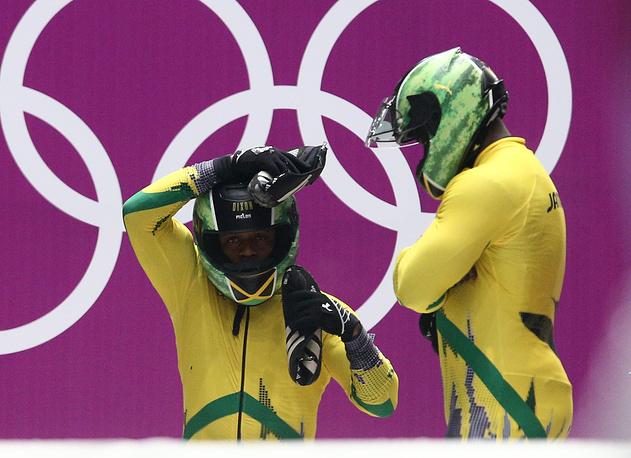 Чтобы принять участие в Олимпиаде в Сочи, ямайским бобслеистам Уинстону Уоттсу и Марвину Диксону пришлось через интернет собирать $120 тыс. Ямайский бобслей был представлен на зимних Играх после двенадцатилетнего перерыва