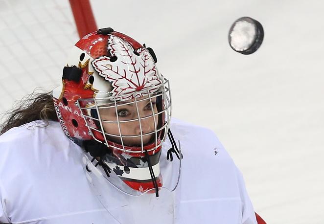 Вратарь сборной Канады Шеннон Сабадос в получфинале по хоккею: Канада - Швейцария