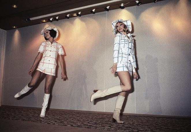 Легкие, цветные и недорогие изделия Пако Рабанна привлекали внимание молодых покупателей. На фото: показ весенней коллекции платьев в Париже, 1974 год