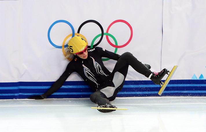 Американка Эмили Скотт с Олимпийским флагом во время финального забега на 1500 м