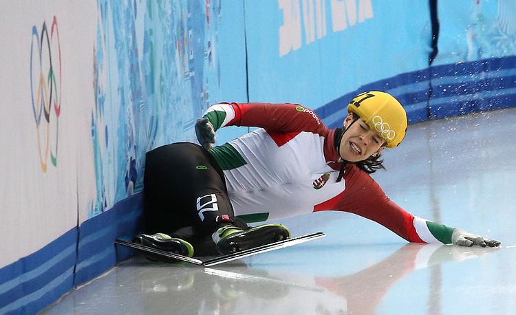 Мягкий финиш венгерской шорт-трекистки Андреа Кеслер во время утешительного финала в эстафете на 3000 м