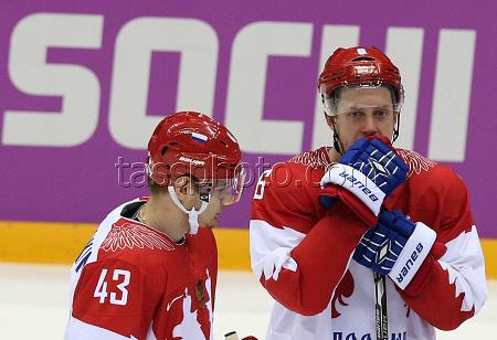 Игроки сборной России Валерий Ничушкин и Никита Никитин (слева направо) после четвертьфинального матча между сборными командами Финляндии и России