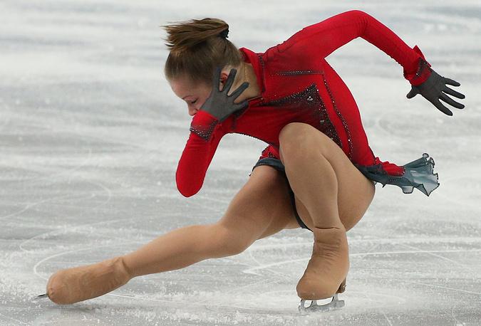 Россиянка Юлия Липницкая во время выступления в произвольной программе женского одиночного фигурного катания