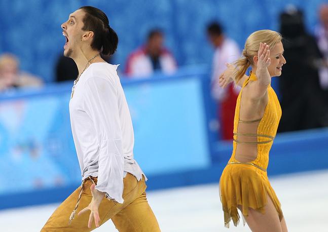 Фигуристы Татьяна Волосожар и Максим Траньков победили в соревнованиях спортивных пар. По сумме за короткую и произвольную программу россияне набрали 236,86 баллов. Пара стала первой за 78 лет, которой удалось выиграть золотые медали на домашних Играх. Также фигуристы войдут в историю олимпийского фигурного катания как первые спортсмены, которые завоевали два золота на одной Олимпиаде