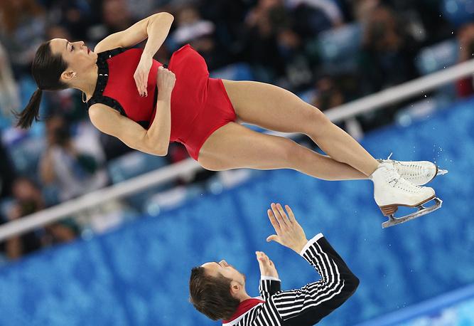 Ксения Столбова и Федор Климов, завоевавшие серебряные медали, во время выступления в произвольной программе на соревнованиях по фигурному катанию на XXII зимних Олимпийских играх.
