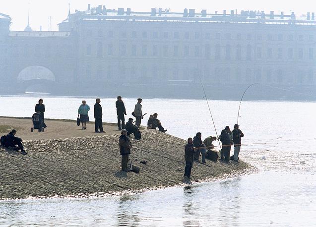 Рыбаки на берегу Невы