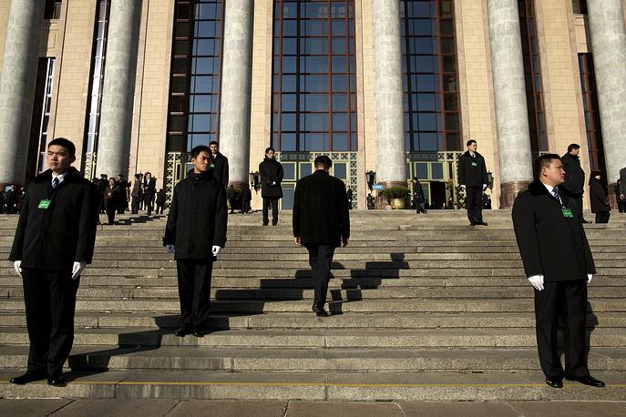 В центре и на главных улицах Пекина дежурят наряды полиции и бойцов Народной вооруженной полиции (аналог внутренних войск), проводится выборочная проверка документов