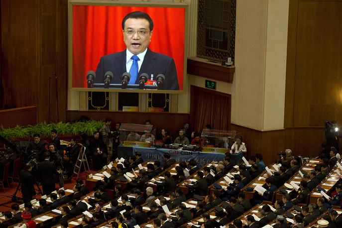 Собравшиеся заслушали доклад премьера Госсовета КНР Ли Кэцяна, в нем подведены итоги года работы нового правительства и намечены основные планы социально-экономического развития на 2014 год. На фото: премьер-министр КНР Ли Кэцян